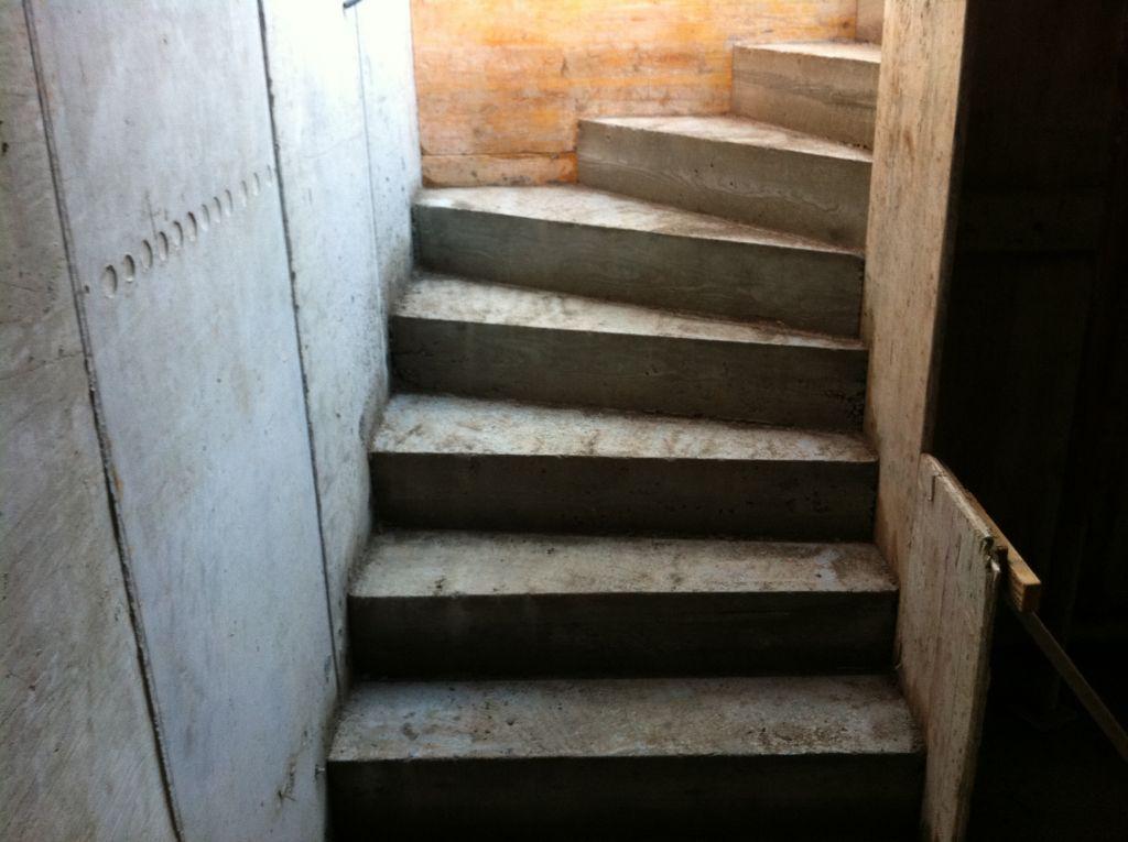 L'escalier de la cave avec sans les planches au niveau des marches