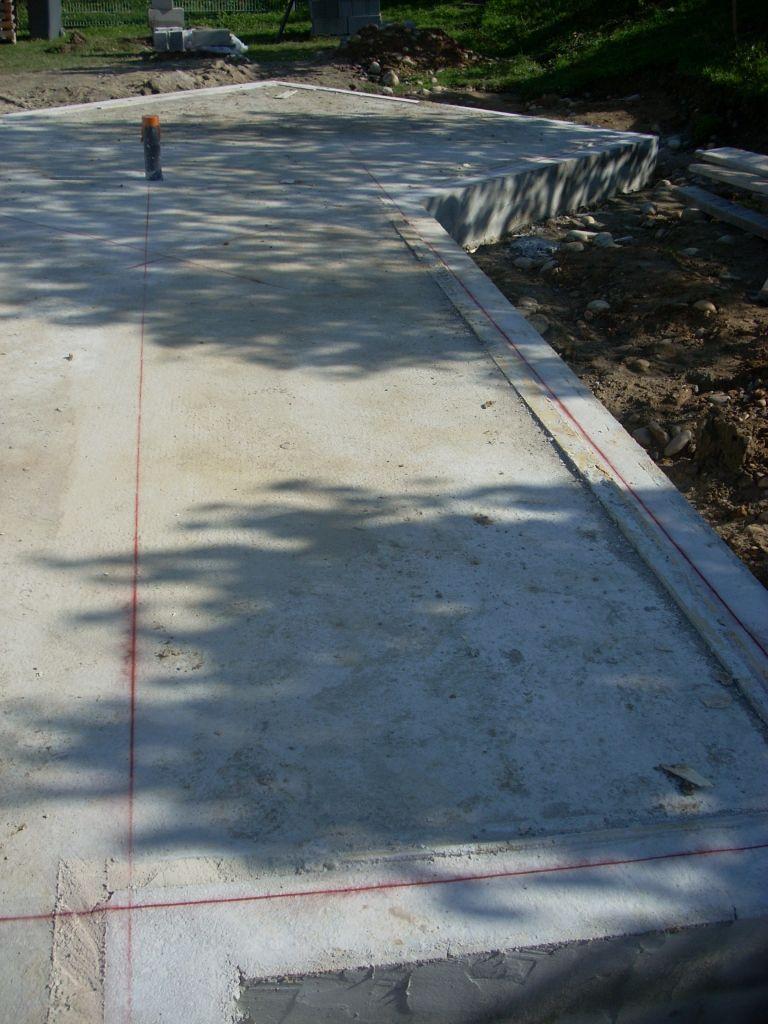 Traçage au sol de la future implantation de l'ossature bois par Frederic.