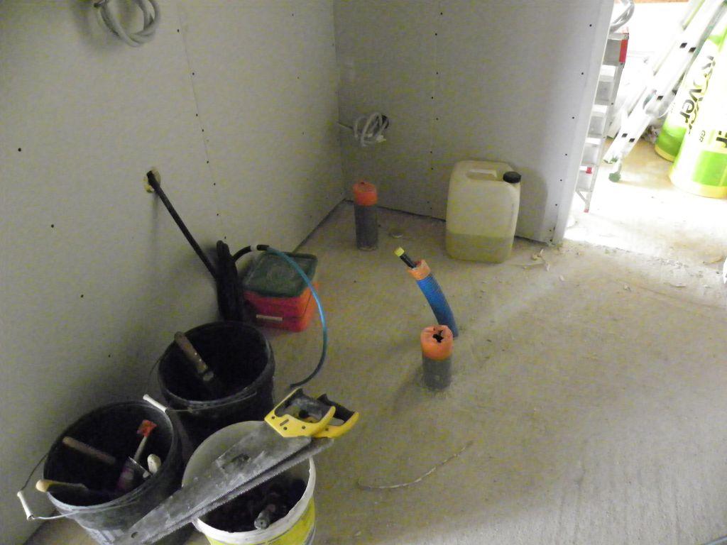 Cellier avec incohérence du placement de l?évacuation du lave linge ( a environ 80cm du mur Oo)