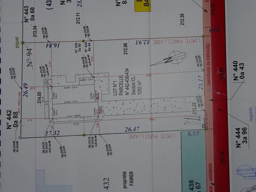 Implantation de la maison sur le terrain, le chemin en rouge est un chemin en cailloux blanc qui mène à la route plus loin.