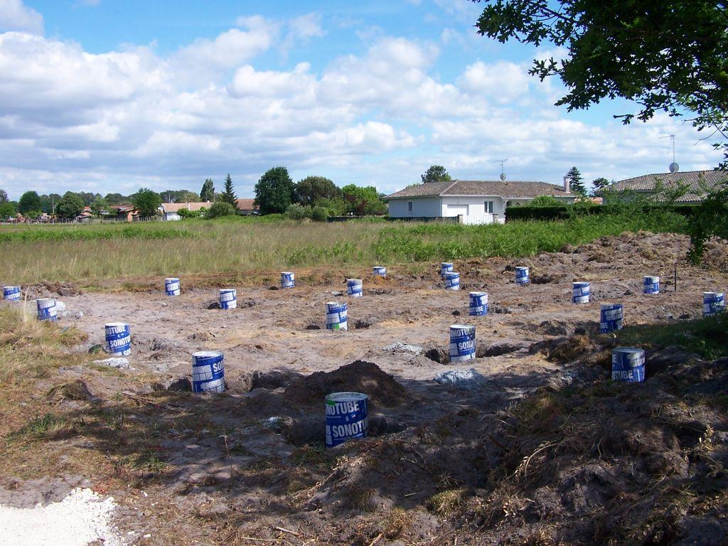 Les plots béton sont disposés sur le terrain.