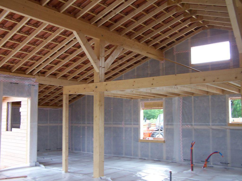 L'intérieur de la maison, avec la mezzanine, isolation du plancher posée, avec un pare-vapeur par dessus (pas encore scotché).