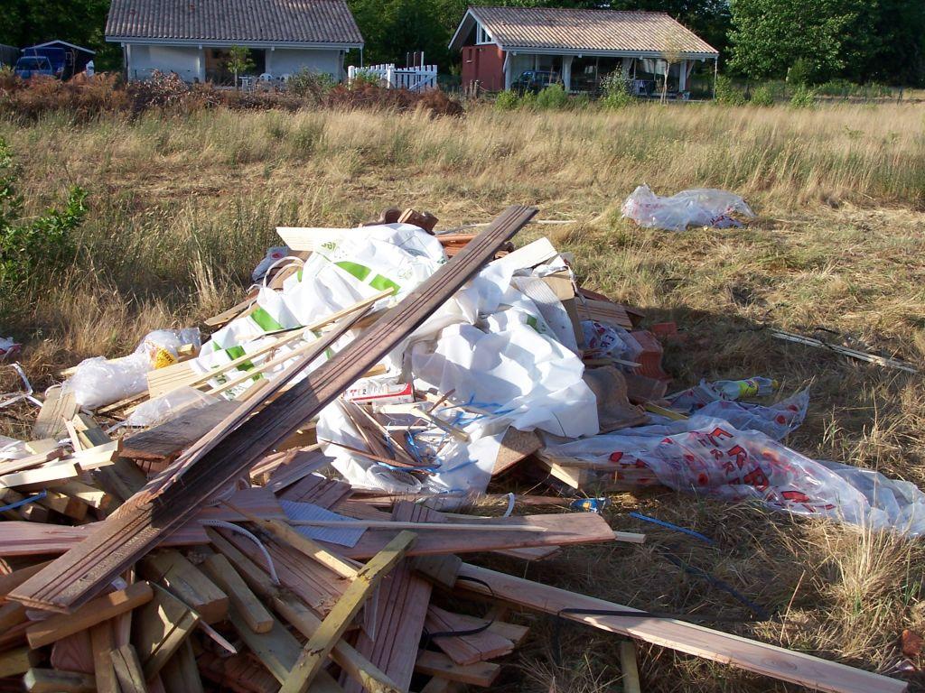 Ami-Bois, très soucieux de l'environnement, chantier propre: les bâches plastique qui volent dans les prés, les déchets, canettes sous la maison et alentours, mégots de cigarette sur le pare-vapeur du plancher (si, si!!!).