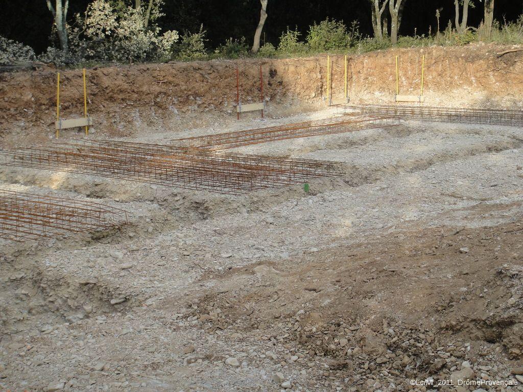 Réalisation des fouilles... <br />  <br /> Il n'a plus plu depuis fort longtemps et le terrassier a de la peine à aligner des fouilles franches, surtout dans ce sol criblé de galets et plus que sec...