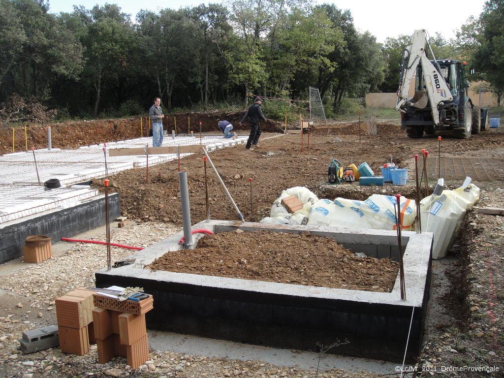 Terrassement partiel... <br /> Remise en place d'une partie des terres, pour permettre un accès plus facile à la construction...