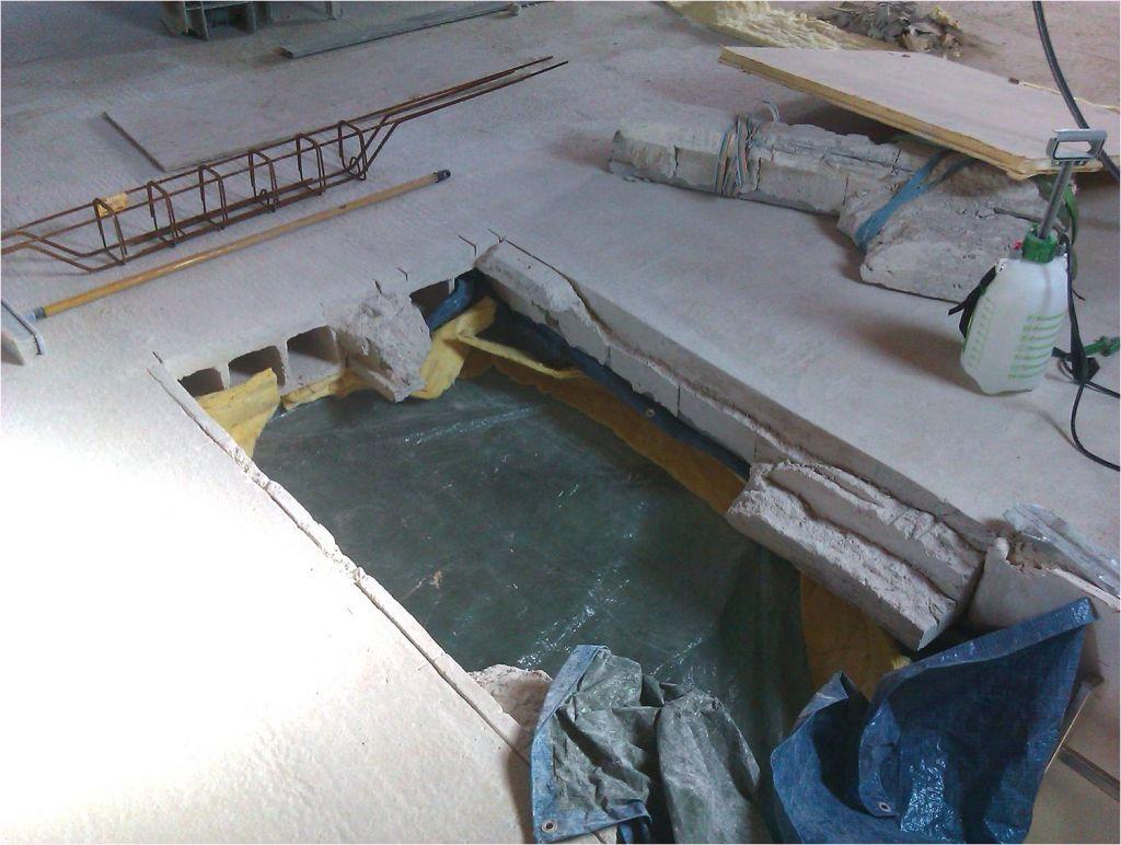 Poutrelle centrale   ancien chavêtre enlévés. Levage par treuil suspendu à la charpente (morceau d'environ 100kg)