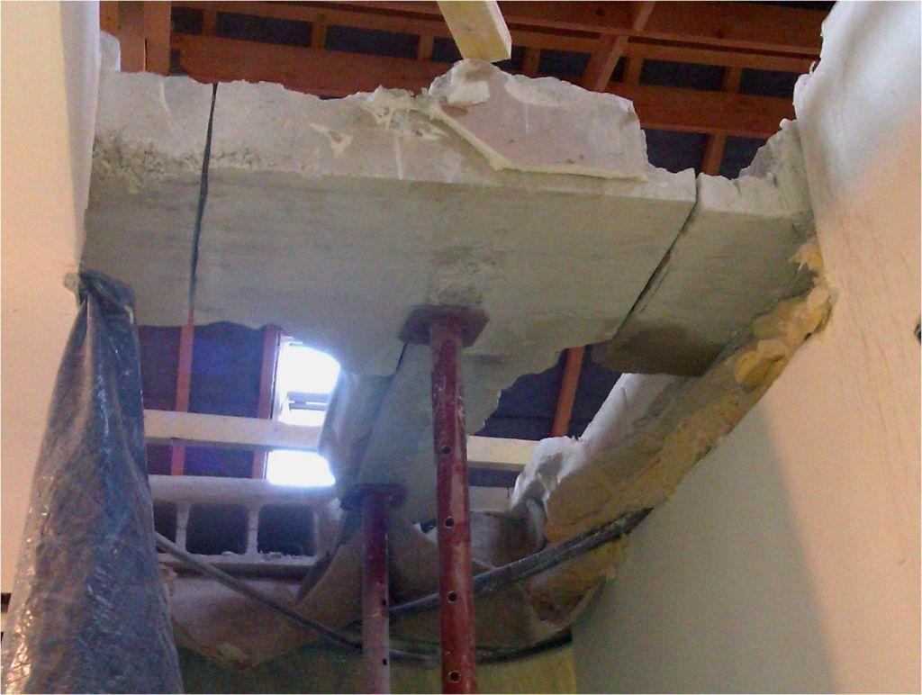 Découpage de l'ancien Chevêtre   de la poutrelle centrale (au fond) terminé. Morceau en appui sur les étais uniquement.