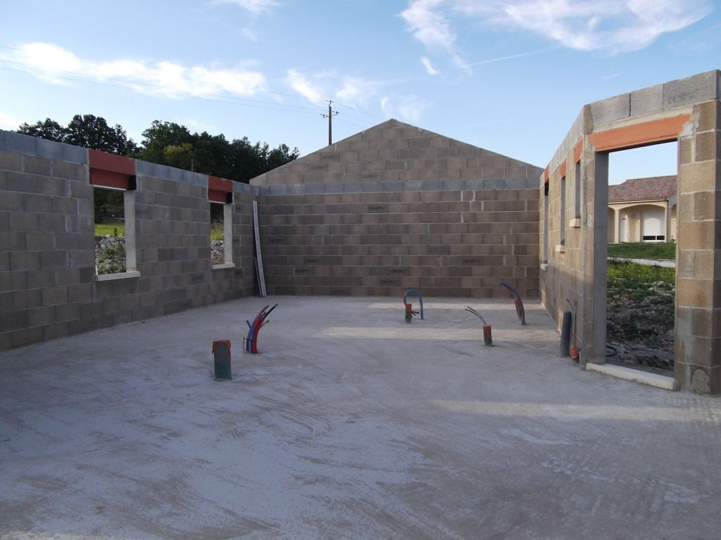 début de l'élévation des murs le 29/07/2011 et fini vers le 15/08/2011 (il manquait un coffrage de volet roulant électrique)