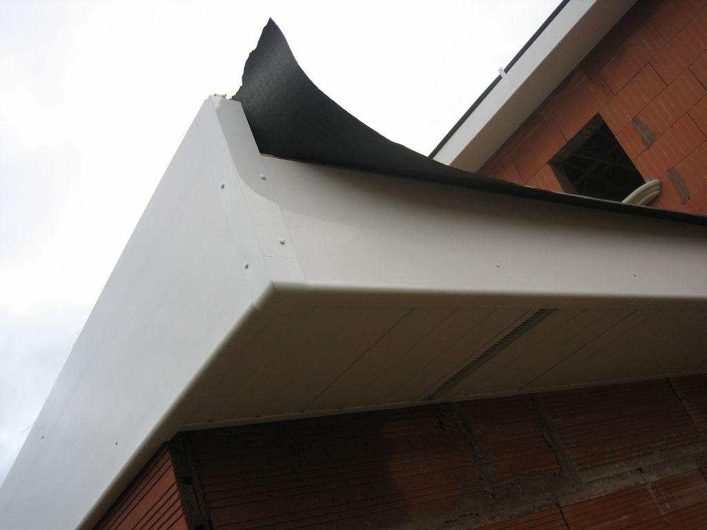 Charpente fermette film et pvc d bords de toiture pvc for Peindre une porte de garage en pvc