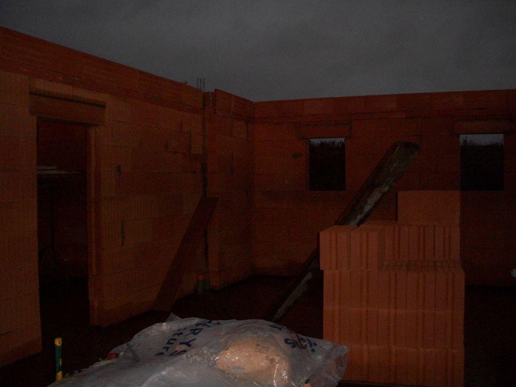 le garage, ses 2 fenêtres et la porte vers cellier