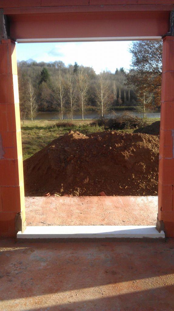 La vue par la baie de notre chambre...Bon ,une fois le tas de terre et les tas de bois à faire brûler réduits ,ce sera GENIAL...