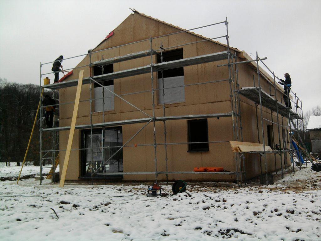 tout le monde s'active: le couvreur, le menuisier, la maison doit être hors d'eau hors d'air avant le 23 décembre!