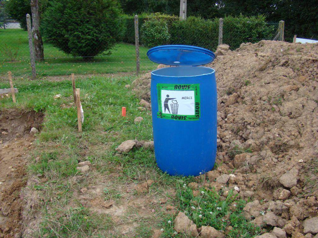 Attention il ne s'agit pas de l'équipe de maison performance !  <br />  <br /> pour éviter les déchets nous avons mis en place une poubelle ... nous verrons bien ... - photo en page 2 du récit...