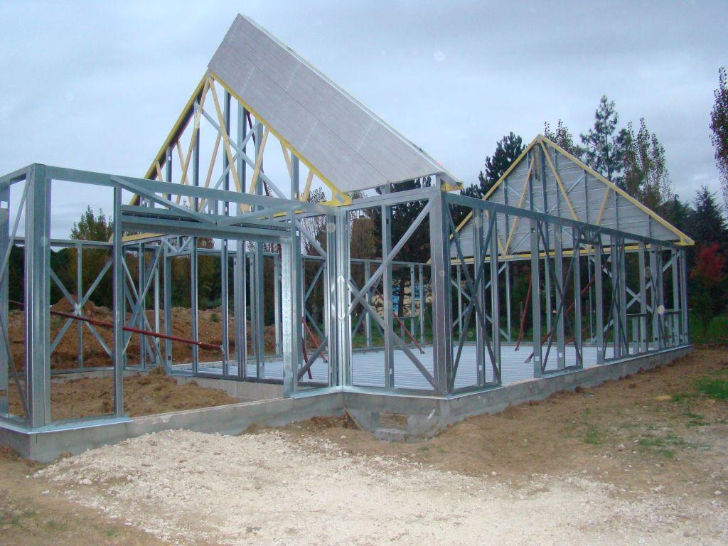 Hauteur sous plafond 2.48m <br /> Structure ossature acier STYLTECH <br /> Doublage intérieur en plaque de plâtre BA13 <br /> Doublage complémentaire 100mm  au lieu de 85 mm de laine minérale (suite pack BBC) <br /> Epaisseur du mur 0.24mm <br />  <br /> Habillage et isolation extérieur des façades par panneaux PSE de 80mm d?épaisseur renforcés de profilés en acier galvanisé <br />  <br /> photo en page 2 du récit...
