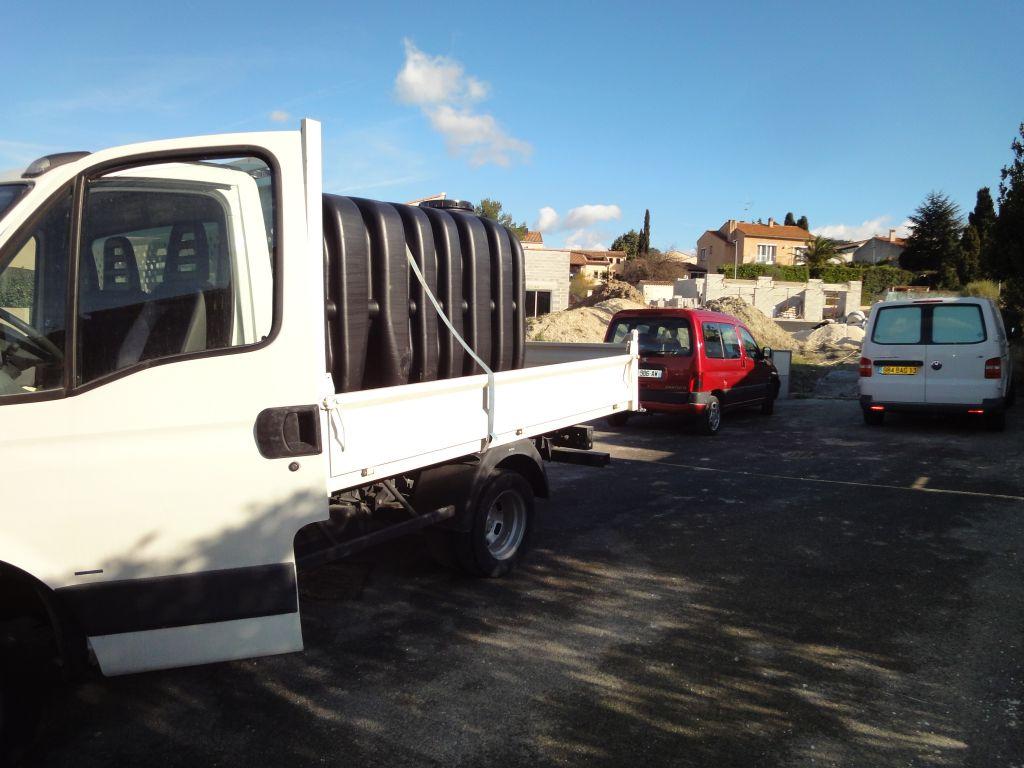 Arrivée de la cuve et du tracto (merci au maçon de m'avoir prêté son camion benne pour le transport de la cuve de Leroy jusqu'à la maison