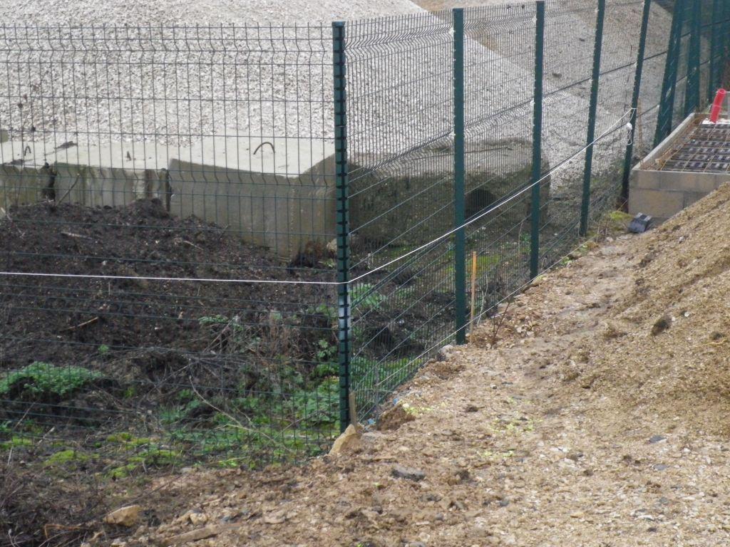 Construction d 39 un mur de soutenement de cloture 24m 2m 6 mess - Combien coute un mur de cloture ...