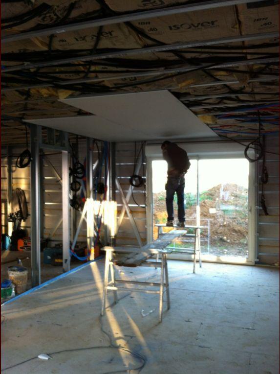 Murs et cloisons <br /> Hauteur sous plafond 2.48m <br /> Structure ossature acier STYLTECH <br /> Doublage intérieur en plaque de plâtre BA13 <br /> Doublage complémentaire 100mm  au lieu de 85 mm de laine minérale (suite pack BBC) <br /> Epaisseur du mur 0.24mm <br />  <br /> Habillage et isolation extérieur des façades par panneaux PSE de 80mm d?épaisseur renforcés de profilés en acier galvanisé <br />  <br />  <br /> Cloisons Knauf métal KM ? 2 faces BA13 et laine de verre 45mm <br /> Epaisseur 72mm <br />  <br /> photo en page 2 du réçit...