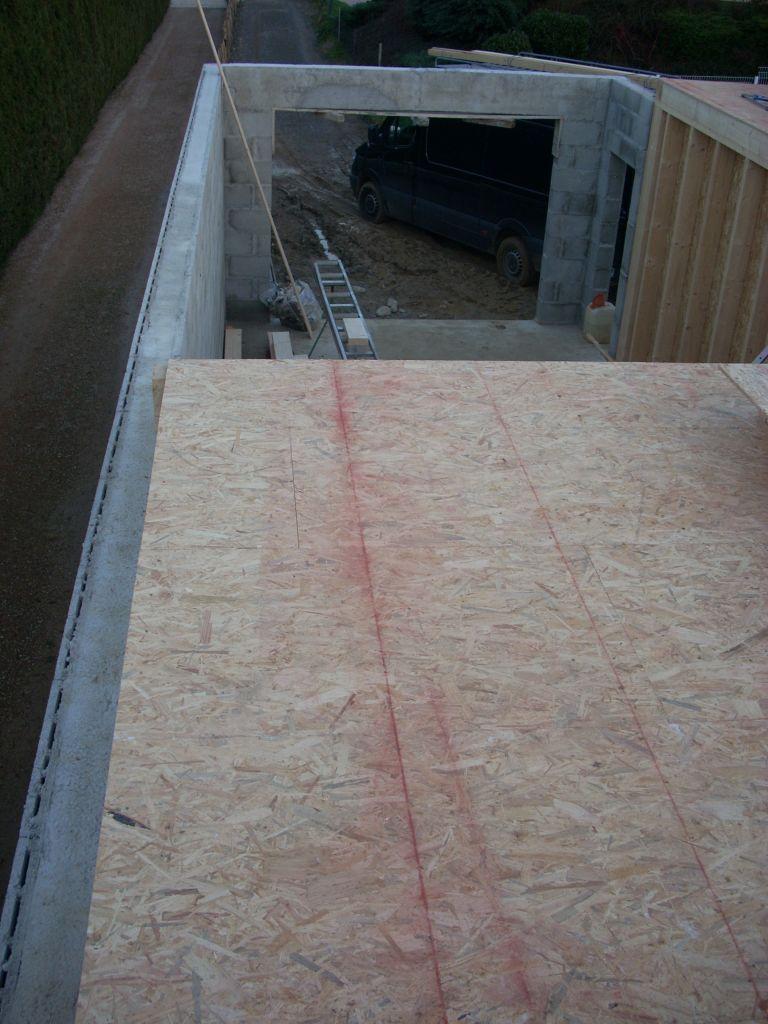 Traçage de ligne rouge servant au clouage sur la charpente.
