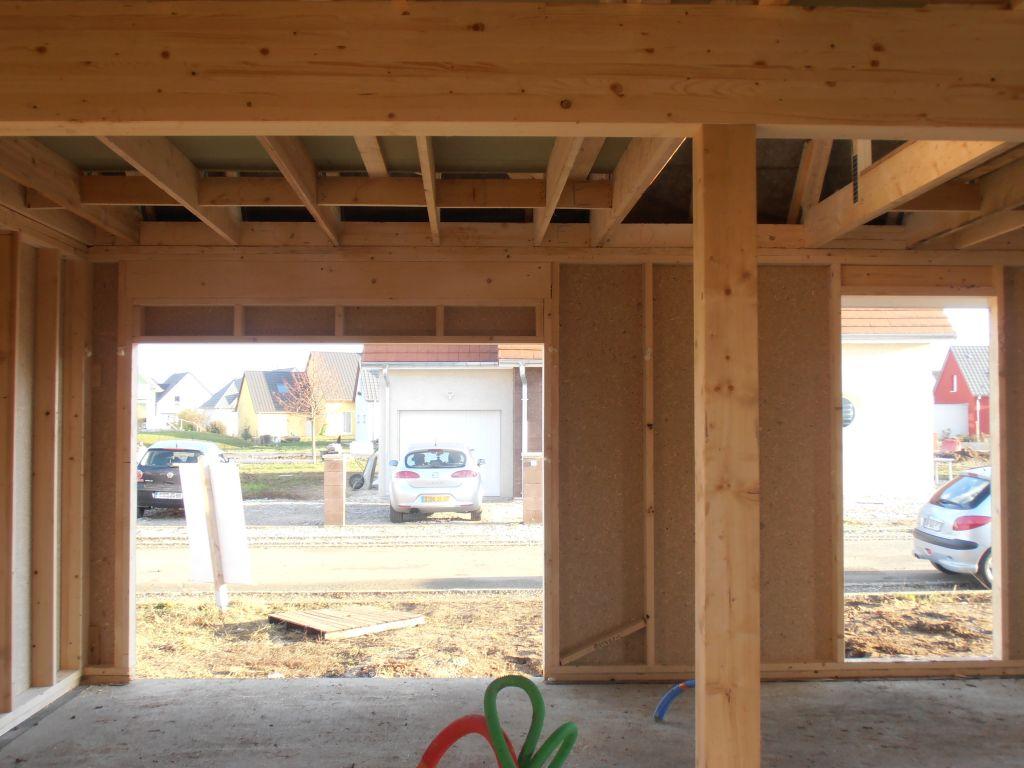 A gauche l'ouverture de la porte de garage et à droite celle de la porte d'entrée