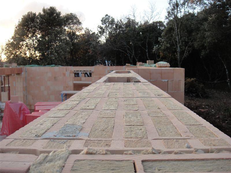 Vue de dessus du mur arrière avec les briques de 36,5 à isolation intégrée dans sa longueur, vue prise à partir du garage.