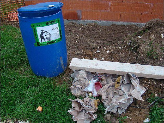 MAUVAIS POINT ! Alors voilà, nous prenons l'initiative de mettre une poubelle en place sur le chantier. Mais les ouvriers préféraient s'en servir comme réservoir d'eau . Problème rapidement réglé par le responsable de chantier à qui nous avions adressé un courrier. - photo en page 2 du récit...