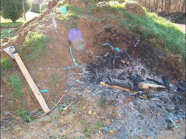 MAUVAIS POINT ! Nous avons constater 3 feux à différents endroit sur notre terrain. Sur de la terre que nous contions ré-étaler. Et en plus il y a du plastique cramé !
