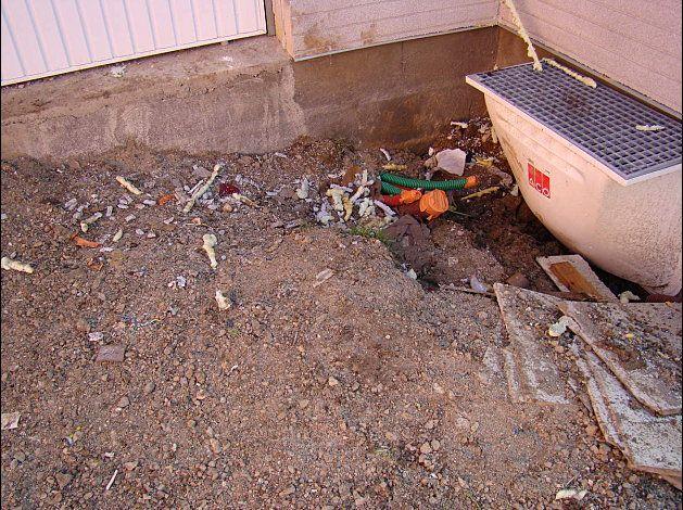 Mauvais point ! il y a des débris / chute de : plastique / mousse polyuréthane, grillage de façade .... tout autour de la maison ... c'est vraiment dégoutant en plus avec la gadoue toute cette pollution s'enfonce dans la terre ...photo en page 2 du réçit...
