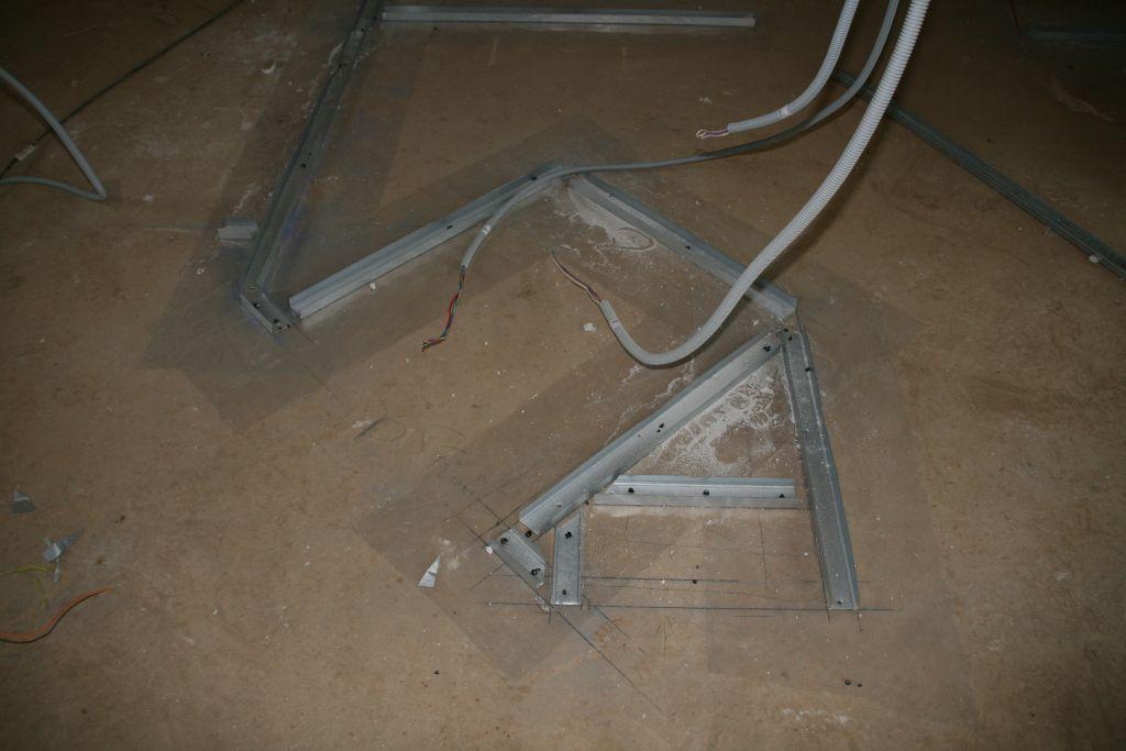 les rails pour les niches en placo de la cuisine : le frigo s'y encastrera, et d'autres petites niches regarderont le salon