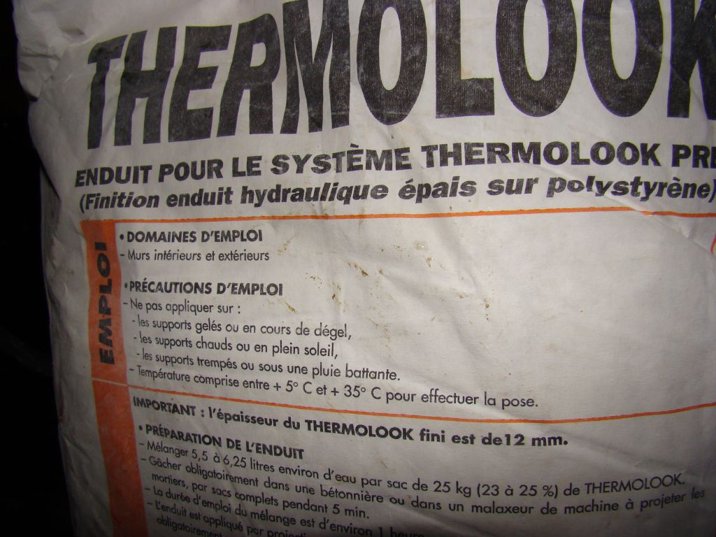 visualisation du paquet de l'enduit crépi utilisé pour notre maison  <br />  <br /> entre 5°C et 35°C !!!!! <br />  <br /> ->> première couche réalisée le 30/01/2012. températures météo france entre -0.6 et 2.4°C pour la journée.  <br />  <br /> ->> non respect des conditions d'utilisation !!