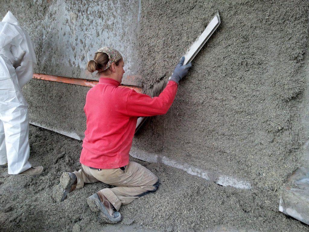 Lissage du béton de chanvre qui vient d'être projeté