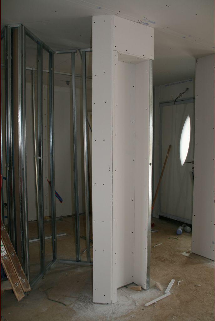 au milieu, pas encore coffrée : niche du frigo, à droite, des petites niches de rangement