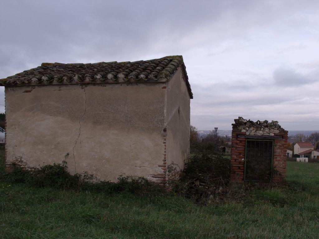 Sur notre terrain il y a une petite cabane en brique/galets que je trouve pleine de charme (si, si) ainsi qu'un puits.