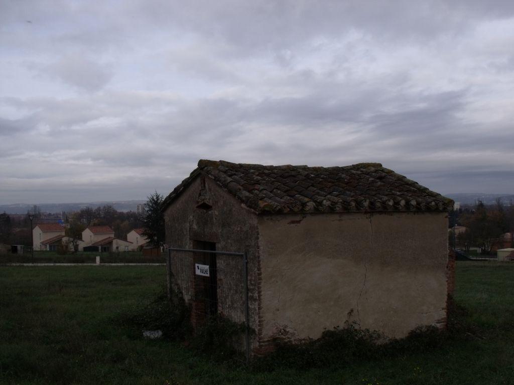 Le terrain démarre près de la petite maison et va jusqu'à la rue. du bas du terrain, on voit la cathédrale d'Albi (pour l'instant... car la vue n'est pas imprenable)