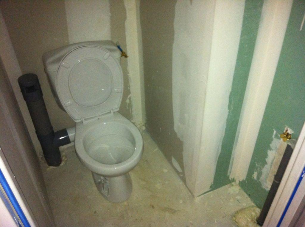 WC <br /> Cuvette en céramique blanche 65x35 <br /> Bouton poussoir double chasse <br /> Abattant double PVC blanc