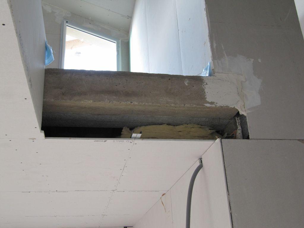petit soucis: la maçonnerie a été faite un peu trop large. Du coup le plaquiste ne peut pas finir proprement.(détail de la trémie de l'escalier)