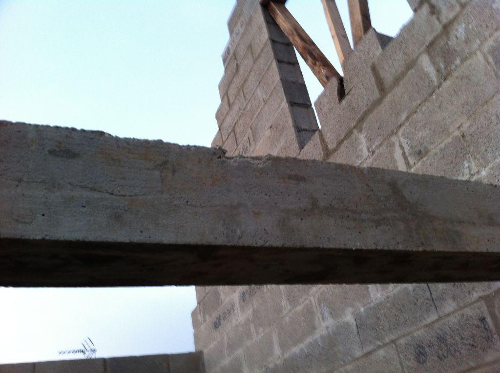 la poutre a été légèrement abimée avec la chute du haut du pignon lors du déchargement de la charpente