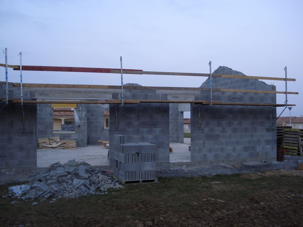 Mise en place des échafaudages pour la toiture.