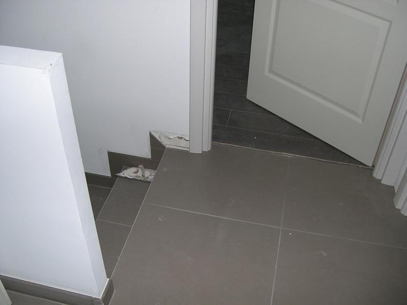 Constat : a la remise des clés : Manque la finitions des plinthes à coté des encadrements des portes.  <br /> Manque Egalement les Seuils sous les portes.