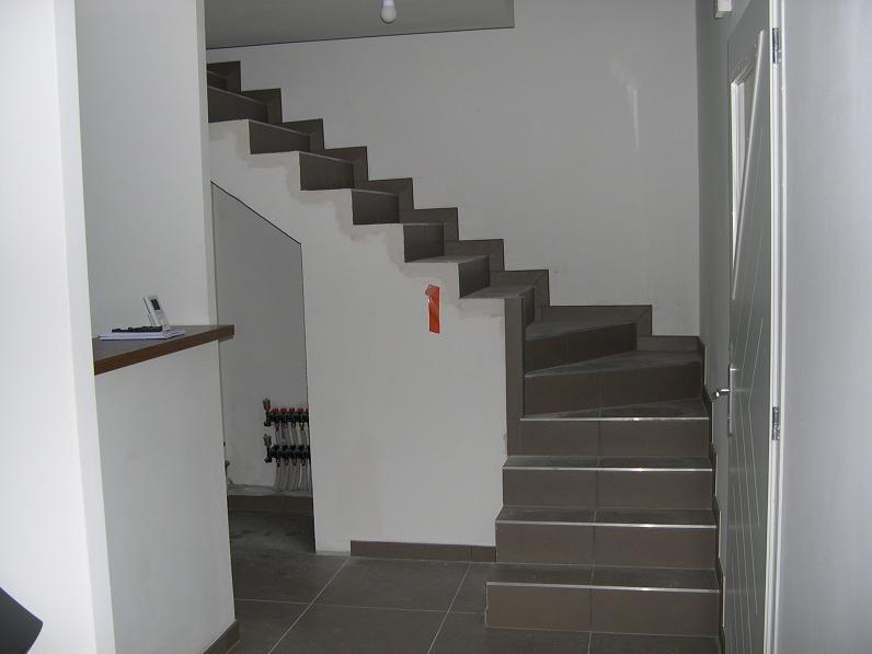 COnstat à la remise des clés : Manque la porte et l'encadrement du placard sous l'escalier. <br /> Plinthes non finies à coté de l'ouverture du placard.