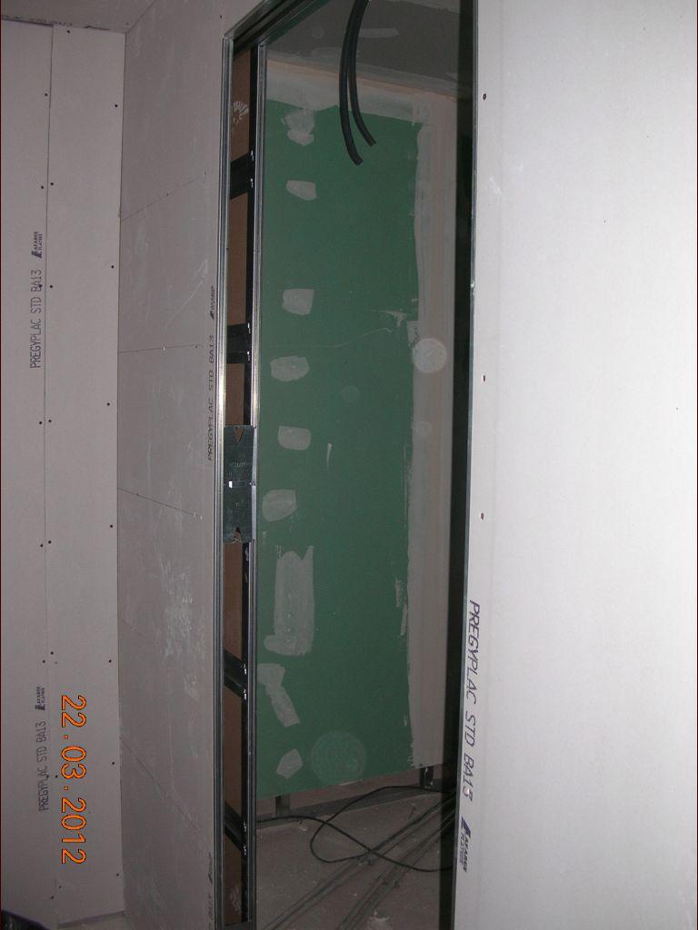 Le châssis de la porte à galandage dressing/SDB est posé