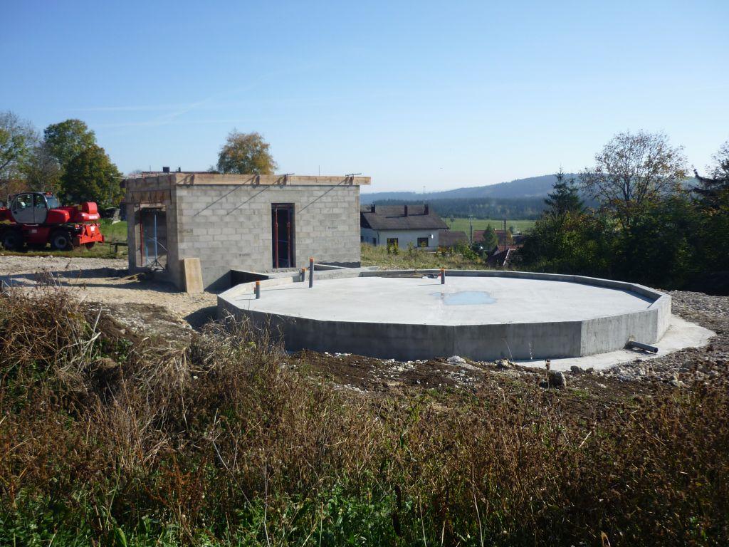 La dalle, avec le garage en cours de construction.
