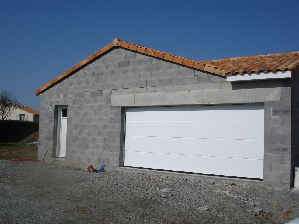 Vue du garage. Porte de garage sectionnelle métal à nervure HORMAN 210*500