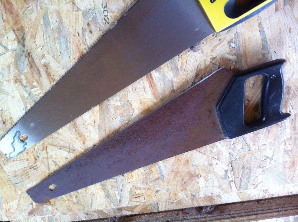 La scie égoïne édentée et affutée pour la coupe de la laine de bois.