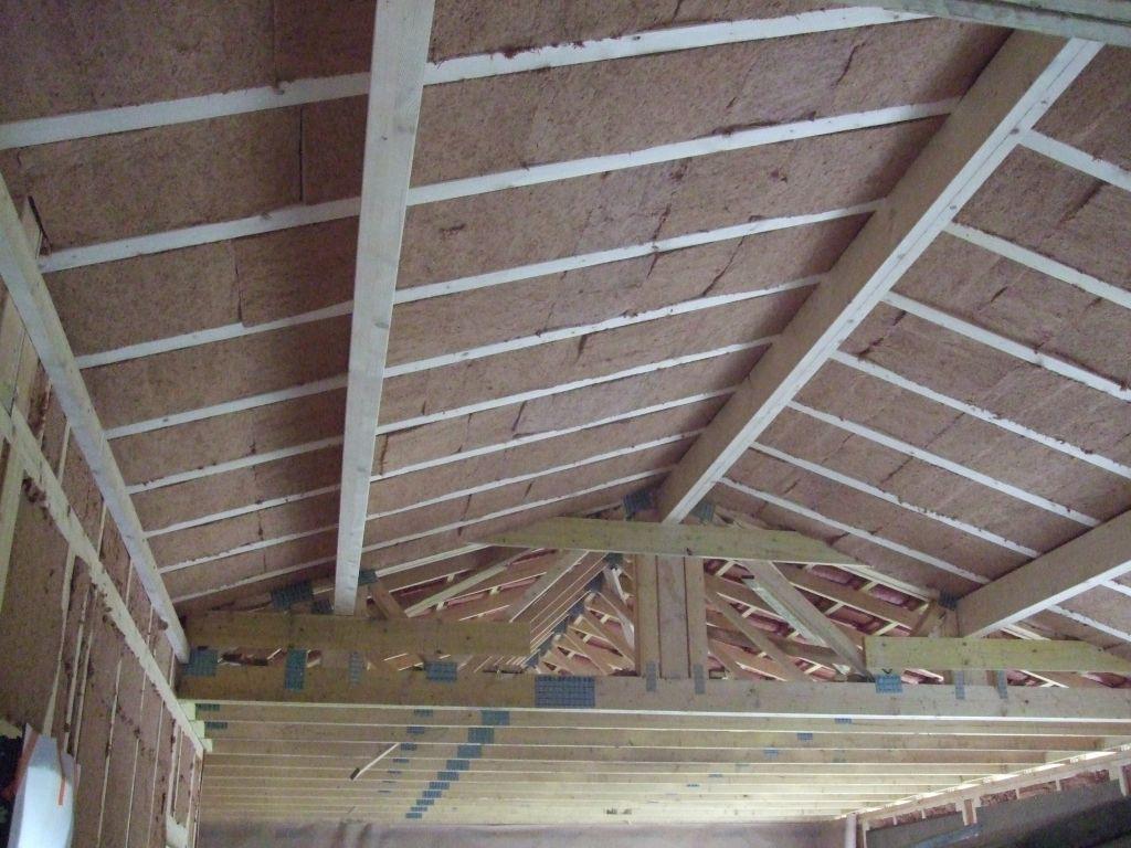 Laine de bois sous plafond rampant dans le salon.