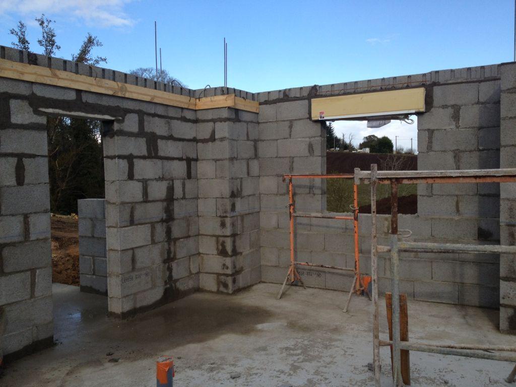 Elévation des murs : 3e jour / linteaux (volets roulants) posés !