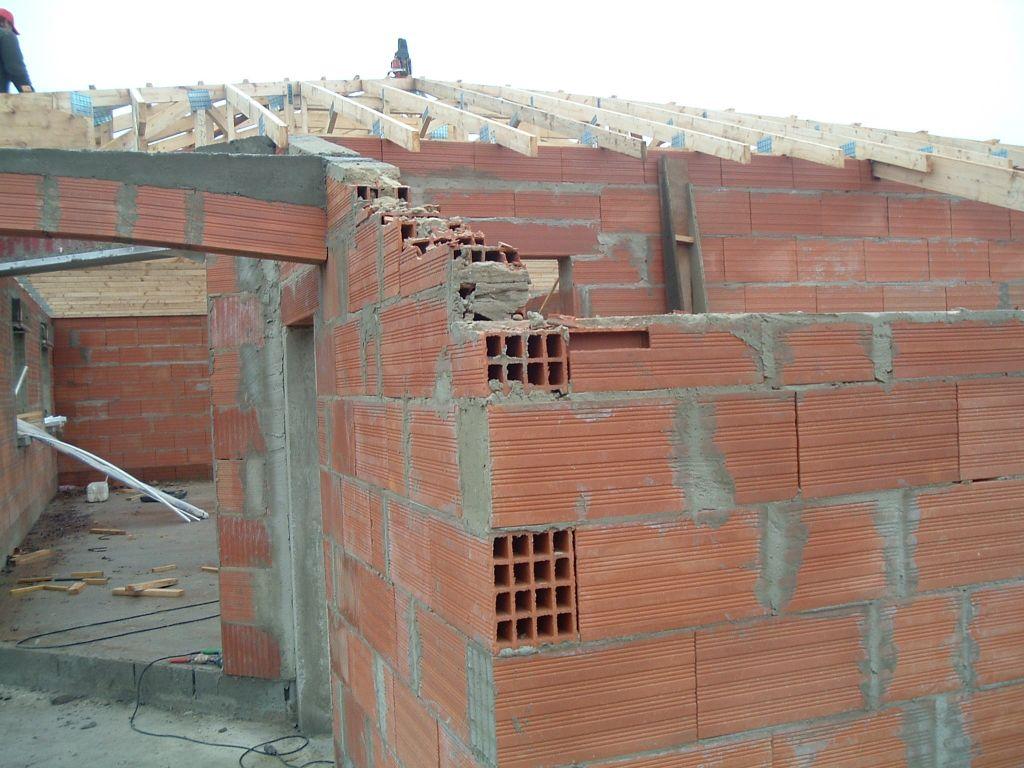 Petit surprise des charpentier, le toit ne passe pas donc on casse. <br /> Merci au chef de chantier de m'avoir prévenu <br /> (Non je déconne, je ne l'ai JAMAIS VU) <br /> (parenthèse bis, a part pour les chèques)
