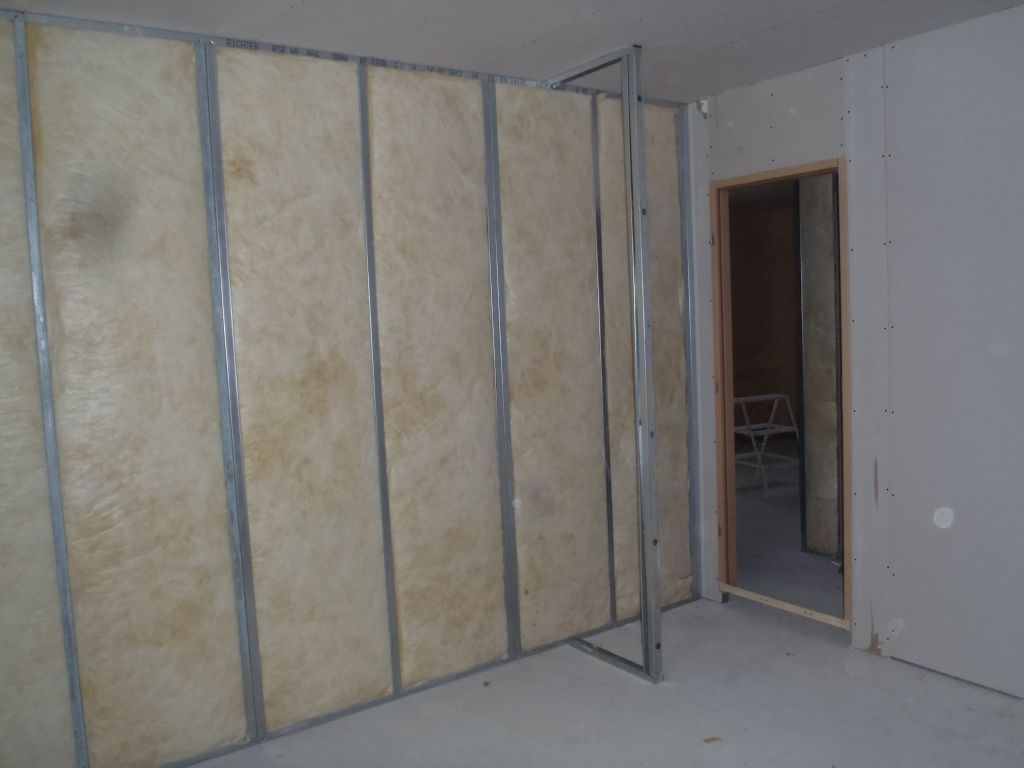 l'intérieur d'une chambre avec isolation du placo et emplacement futur placard