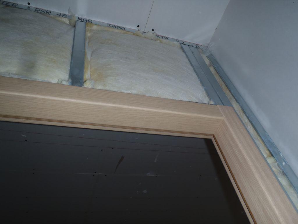 détail du chambranle d'une porte avec isolation du placo.