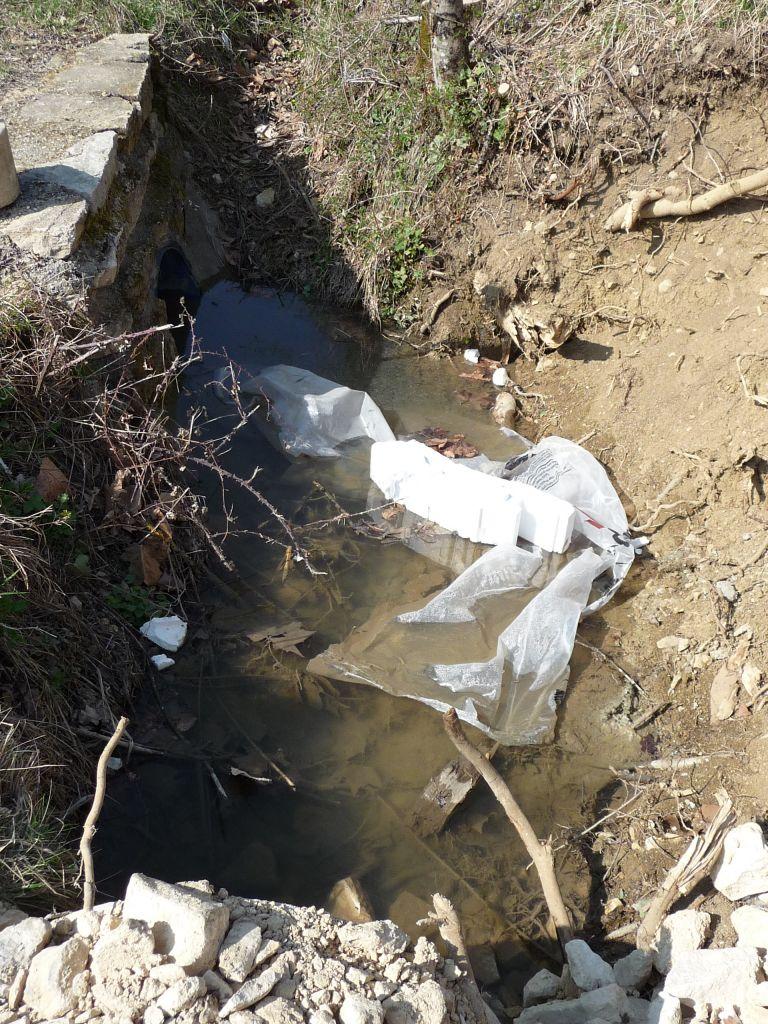 Du plastique dans le ruisseau !