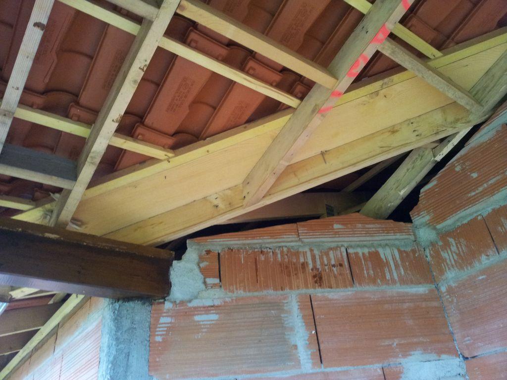 L'ouvrier du charpentier a abîmé la maçonnerie faite pour le pignon, l'angle a été cassé.
